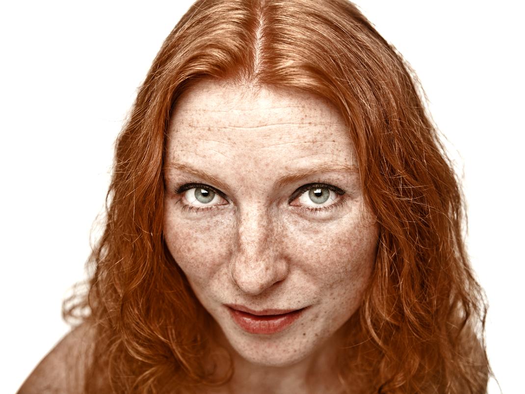 Freda Stender mit Sommersprossen und roten Haaren