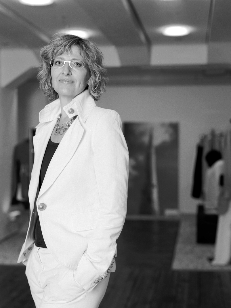 Sabine Pick, Business-Consultant aus Hamburg, portraitiert in einer Mode-Boutique.