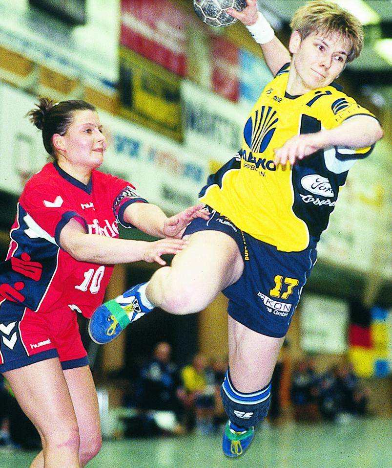 Regine Teschke beim Sprungwurf im Handball