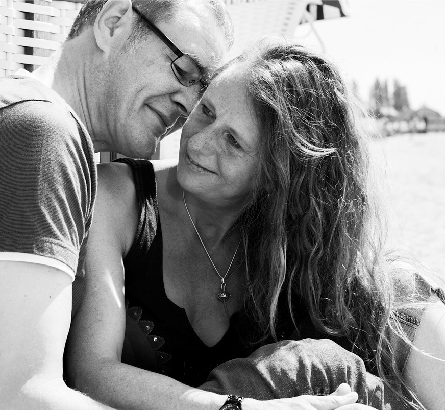Glückliches Paar am Strand der Ostsee