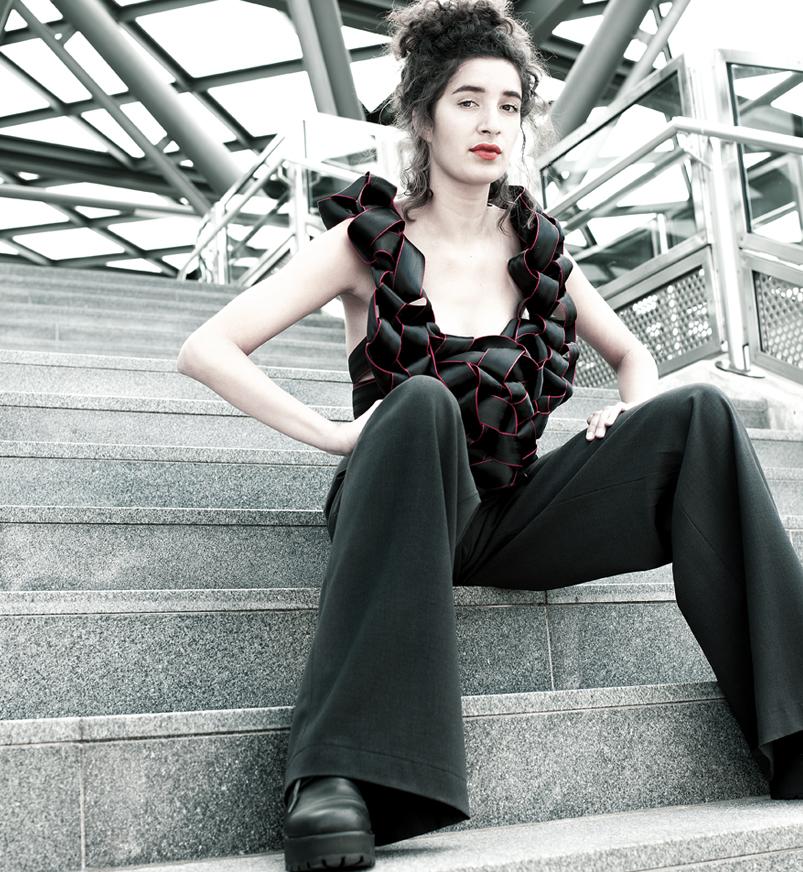 Modefoto, Oberteil aus Sicherheitsgurten, Designerin Bettina Schmutz