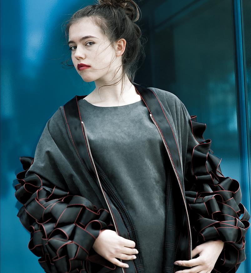 Modefotografie – Jacke aus Sitzbezügen, Designerin Bettina Schmutz.