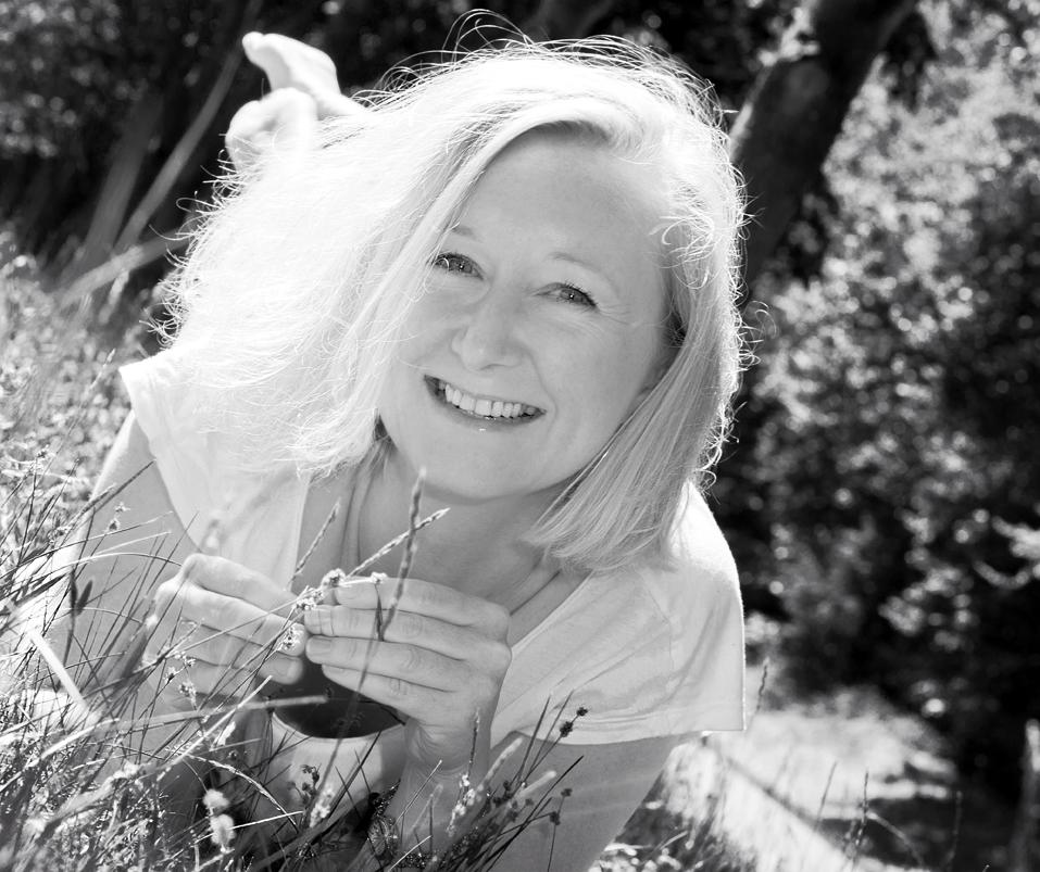 Blonde Frau liegt im Gras