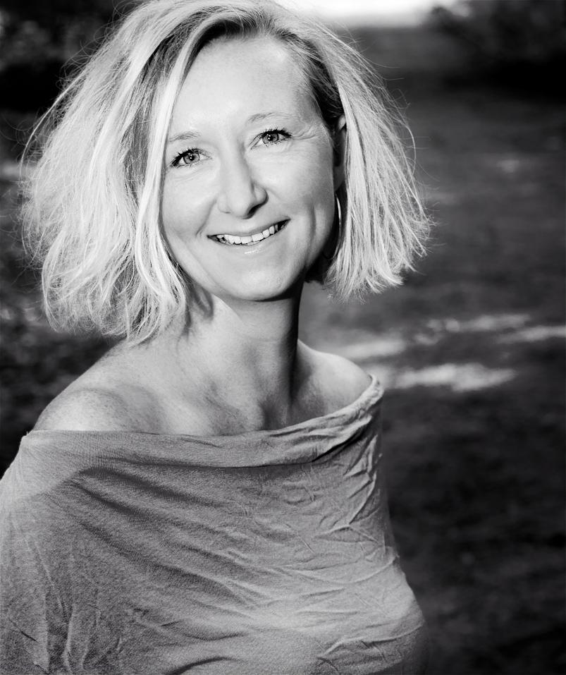 Portrait an einem Waldweg in Schwarz-Weiß