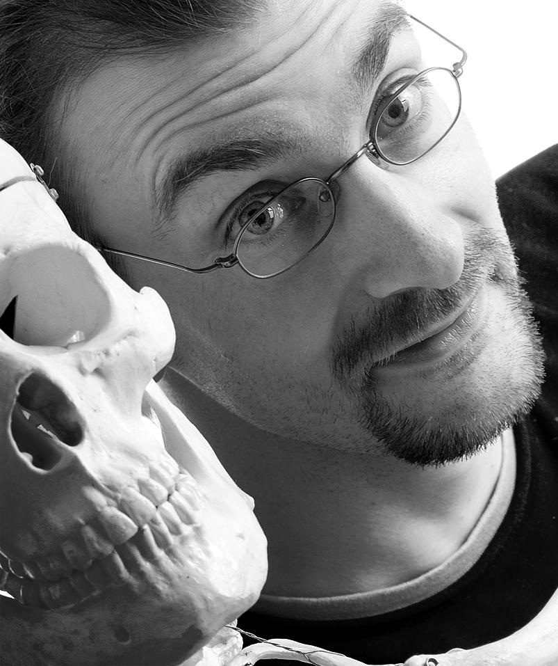 Business-Portrait Schwarz-Weiß: Physio-Therapeut mit Skelett